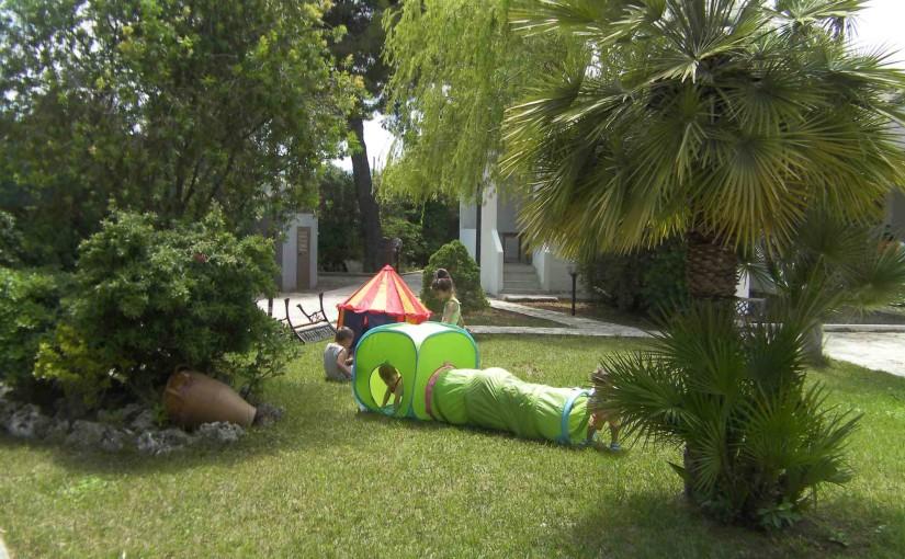 giochi per bambini posti nell'area verde del residence maddalena