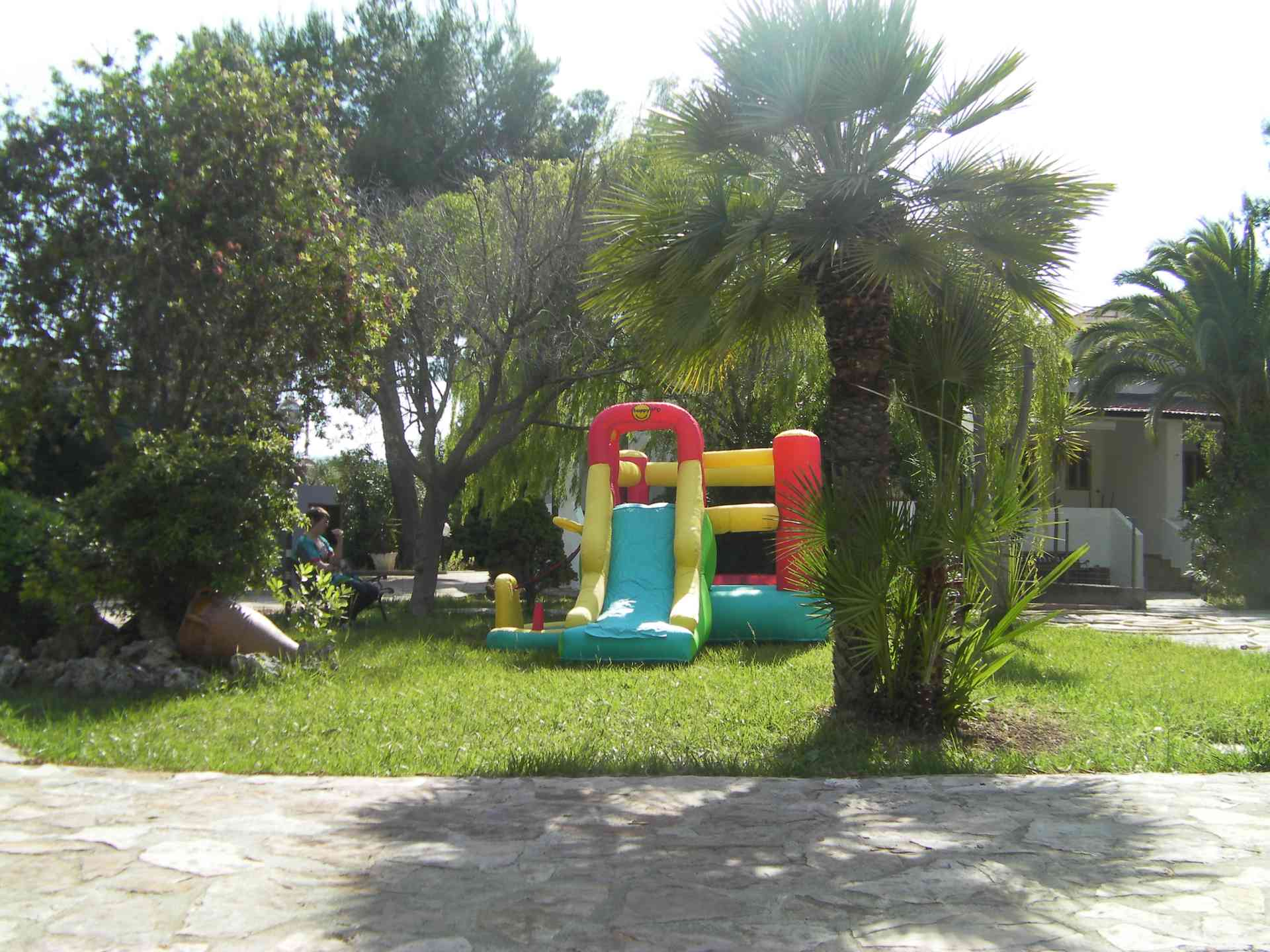 gioco gonfiabile situato nelle case del residence maddalena