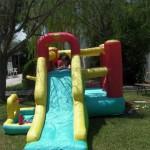 area verde con giochi movibili per bambini