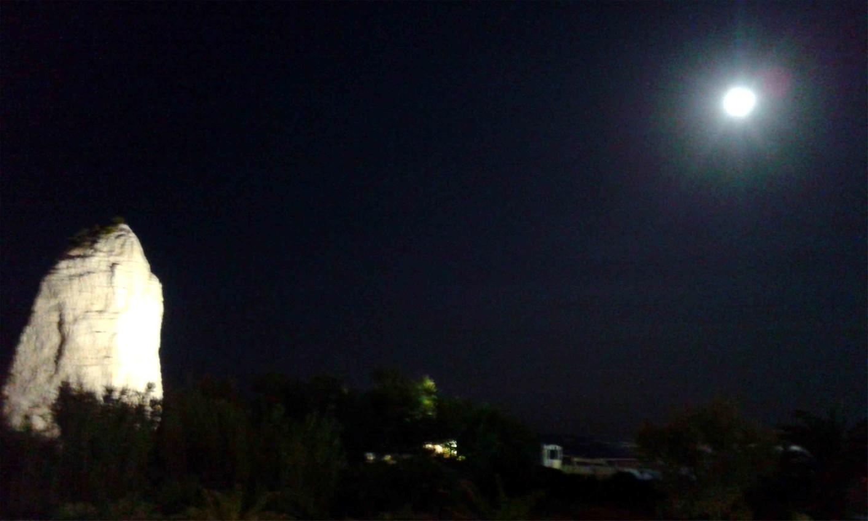 Vieste luna blu illumina di immenso