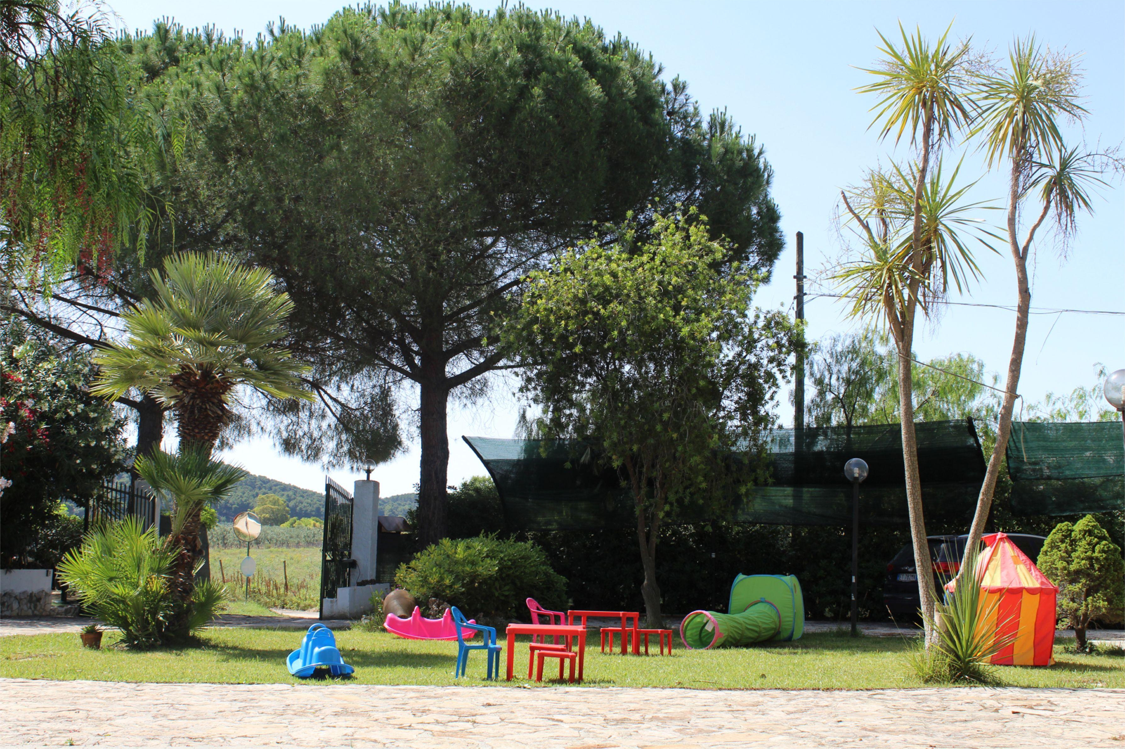 """Area verde con giochi per bambini. Appartamenti """"Le Porte del Gargano"""". ex residence maddalena"""
