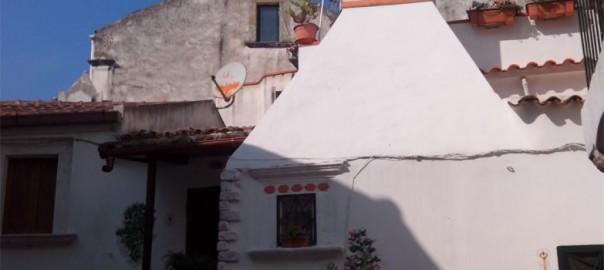 Tipico camino delle case di Rodi Garganico